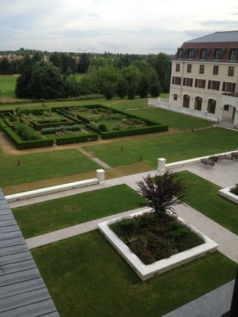 Radisson Blu Hotel at Disneyland Paris: Well kept gardens