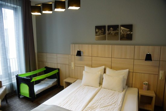 Wellton Centrum Hotel & SPA: Our room with a baby bed