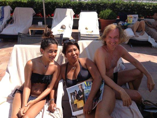 Hotel Arts Barcelona: Family picture on swimmingpool yard