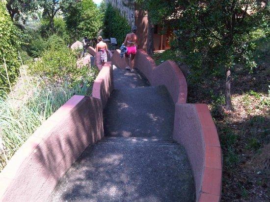 Giverola Resort: ESCALIERS POUR ALLER A LA MER