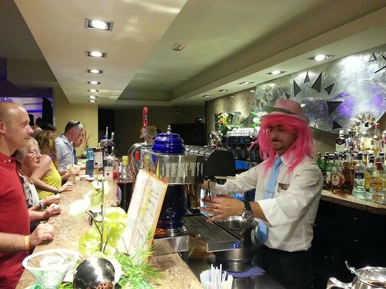 Sandos Monaco Beach Hotel & Spa: Bartenders having a laugh