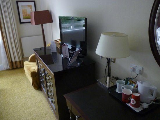 Sprowston Manor Marriott Hotel & Country Club: Desk, TV and chair