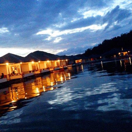 Lake Heaven Resort and Park : บรรยากาศที่ระเบียงยามค่ำคืน