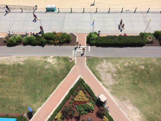 Best Western Plus Sandcastle Beachfront Hotel: Access to the boardwalk from the hotel...looking straight down from the balcony
