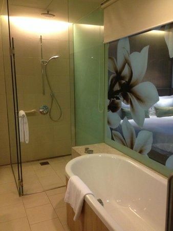 Crowne Plaza Changi Airport: Huge shower and big bath