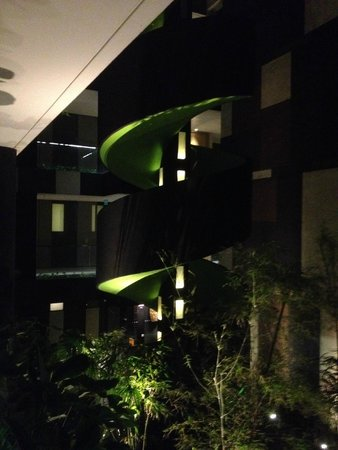 Crowne Plaza Changi Airport: Spiral outdoor staircase