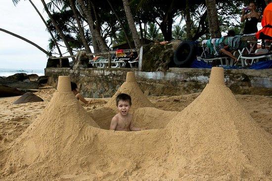 Sri Gemunu Beach Resort : Devant l'hotel