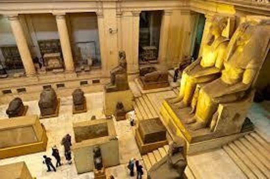 Musée égyptien du Caire : ground level..huge stone statues.