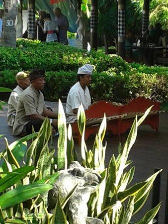 Prama Sanur Beach Bali: Gamalanmuziek bij het ontbijt