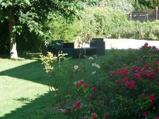 Les 7 Roses : Espace détente dans le jardin