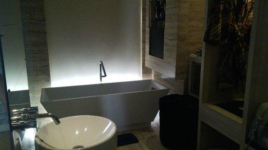Grand Mega Resort & Spa Bali: Bath tub