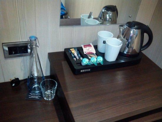 Z Hotel Liverpool: Calentador de agua para café o te