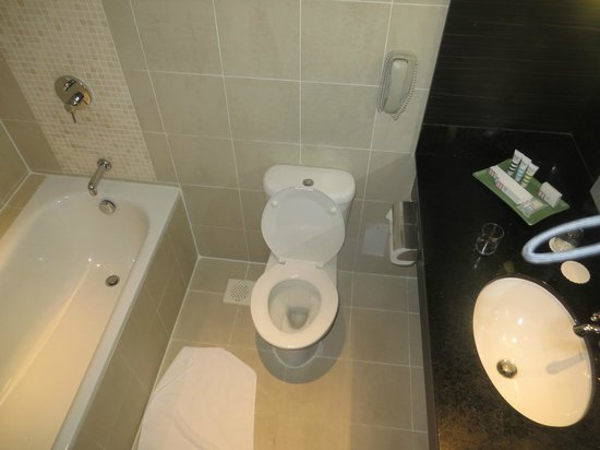 Grand Mercure Singapore Roxy: Bathroom with bathtub