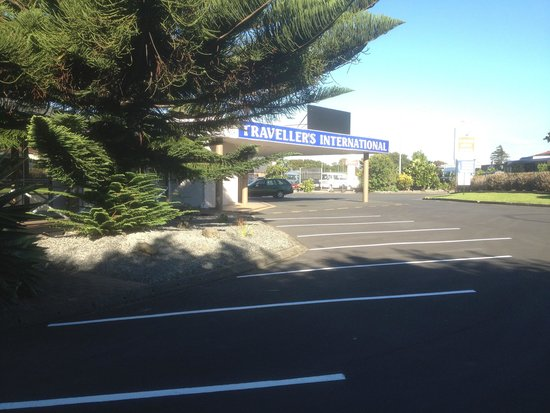 Travellers International Hotel: Exterior - parking area