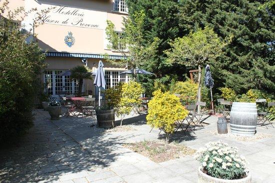 Logis Hostellerie le Blason de Provence : restaurant terrace