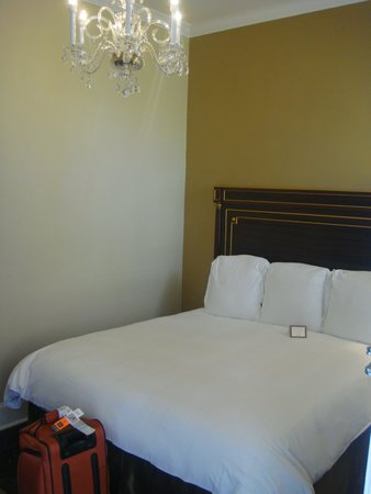 Hotel Mazarin : Cramped but comfortable bed