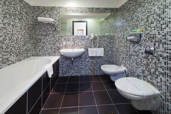 Prague Inn: bathroom