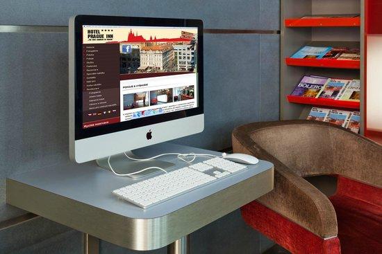 Prague Inn: Computer for guests