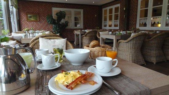 Bohmstedt, Germany: schmackhaftes Frühstück in hübschen Ambiente