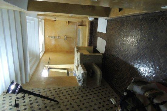 Riad Dar Bamileke : Heel ruime badkamer