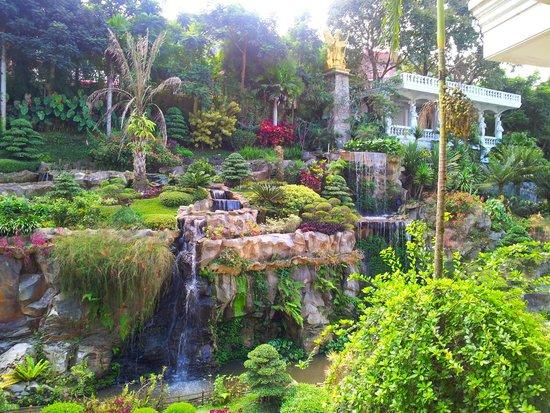 Grand Paradise Hotel Lembang : garden and waterfall