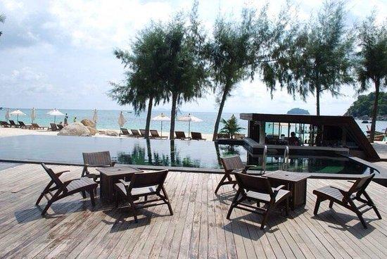 Idyllic Concept Resort : วิวสวย ๆ จากห้องอาหาร เห็นหาดกับสระว่ายน้ำ
