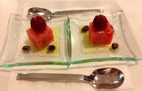 Barquet : cortesia della casa: anguria e lamponi in olio d'oliva sale e pistacchi