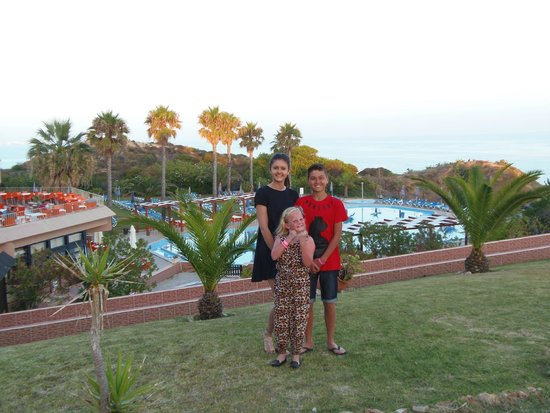 Auramar Beach Resort: grounds with big pool behind oh and kids!!