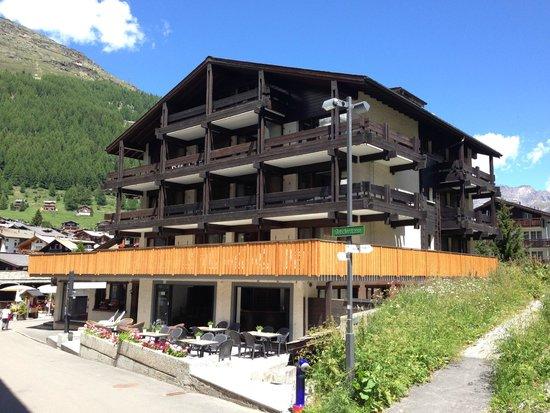 Chalet Hotel Ambassador: Exterior