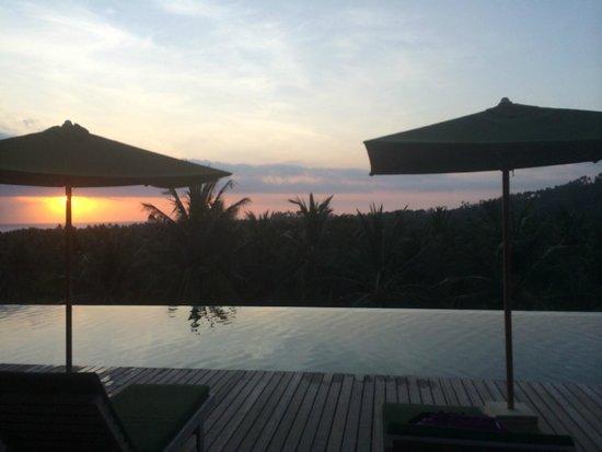 Svarga Resort Lombok : sunset across infinity pool whilst having a drink