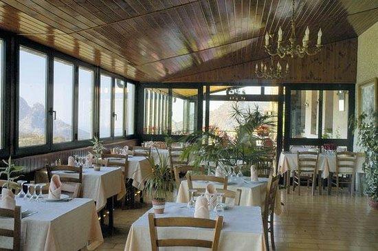 Hotel Restaurant L'Aitone: Notre salle à manger avec vue sur Evisa et le golf de Porto.