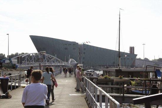 NEMO Science Museum: Nemo Science Center arrivando dalla Stazione di Amsterdam