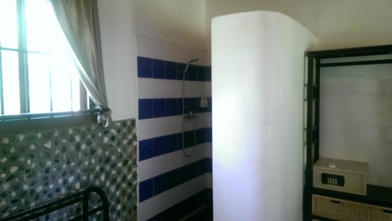 Raingsey Bungalow : shower area of family bungalow