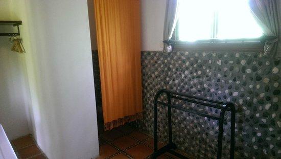 Raingsey Bungalow : toilet in family bungalow