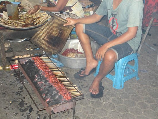 Casa Luna Cooking School: Cooking satay at Gianyar Night Market