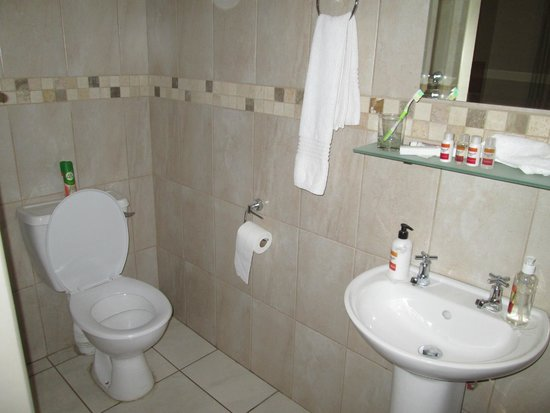 Sunrock Guesthouse: Bathroom has everything you need, no bath tub, only a shower.