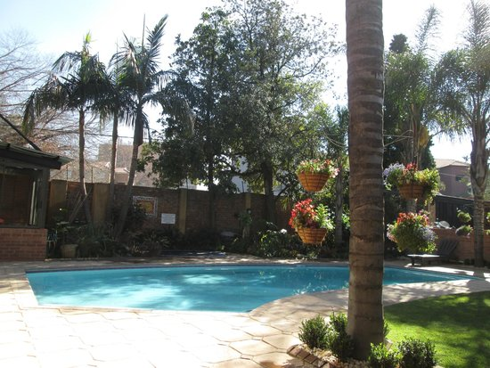 Sunrock Guesthouse: Lovely, relaxing pool area in front of dining room and new lapa.