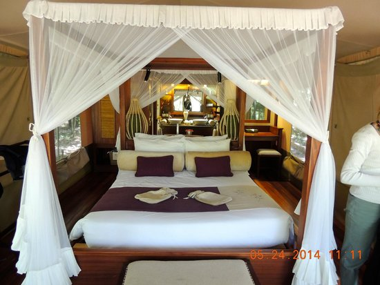 Mara Intrepids Luxury Tented Camp : Queen size bed with mosquito netting