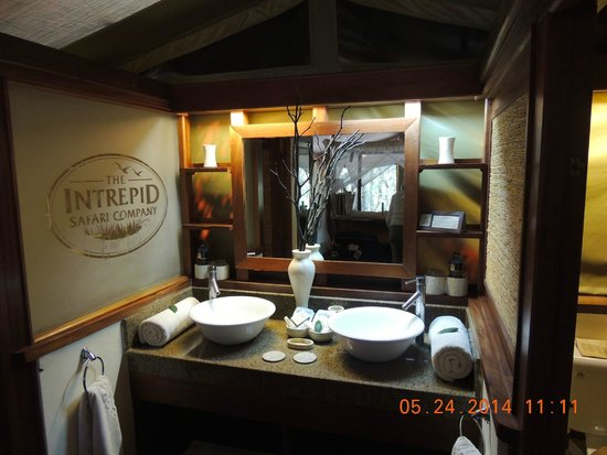 Mara Intrepids Luxury Tented Camp : Two sinks with private shower on one side and private toilet on other side of sinks