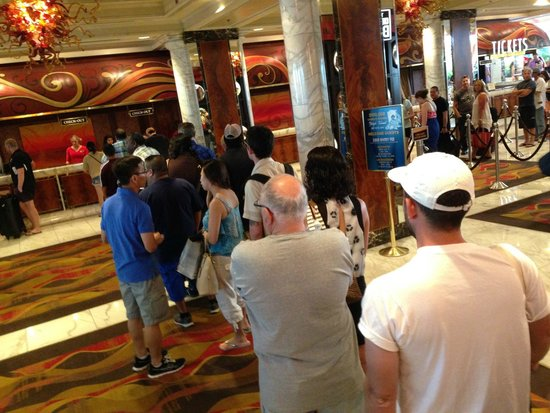 Golden Nugget Hotel: Long line for checkout