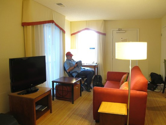 Residence Inn San Francisco Airport/San Mateo: Desk and couch junior suite 13.21
