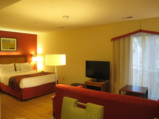 Residence Inn San Francisco Airport/San Mateo: Bed and living area junior suite 13.21