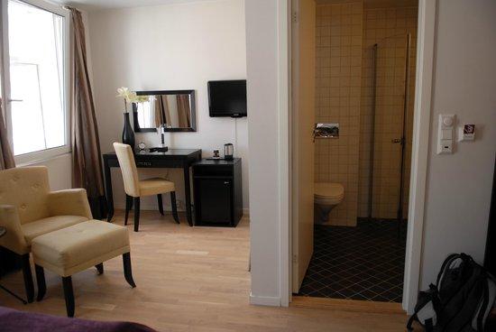 Basic Hotel Bergen : стол и холодильник
