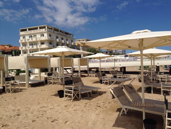 https://media-cdn.tripadvisor.com/media/photo-s/06/53/7b/20/il-lido-con-l-hotel-alle.jpg