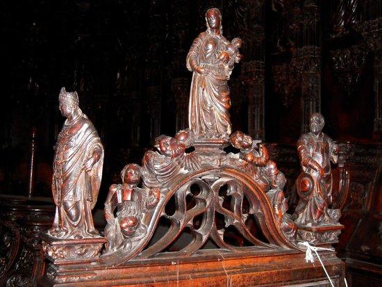 Cathedrale Sainte Marie: Arcature de la stalle n° 74 : Marie et son enfant, glorifiés par un choeur d'anges