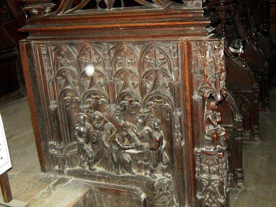Cathedrale Sainte Marie: Panneau extérieur d'une stalle : le Christ porte sa croix sur ses épaules
