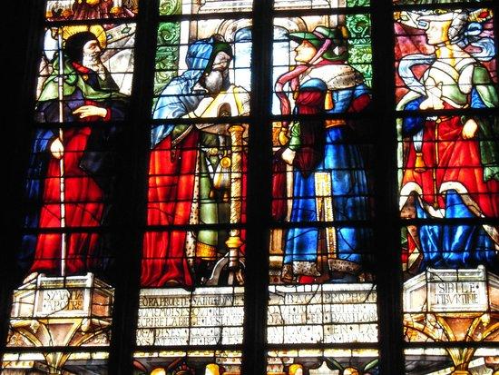 Cathedrale Sainte Marie : ***  Vitrail d'Arnaud de Moles; à droite la Sybille Tiburtine avec une main coupée  ***