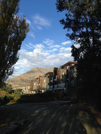 Hilton Queenstown Resort & Spa: Walking track outside hotel