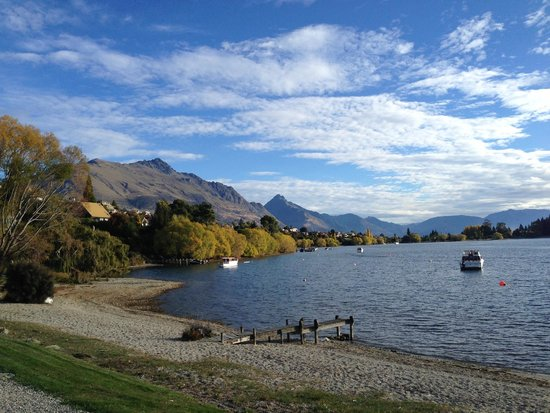 Hilton Queenstown Resort & Spa: Walking track from hotel around lake.
