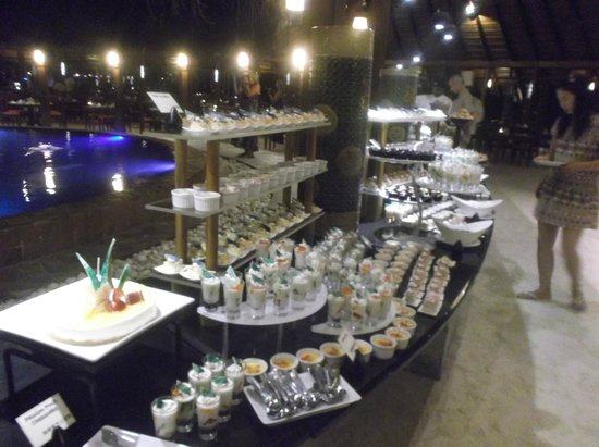 Meeru Island Resort & Spa : Delicious desserts lunch and evening